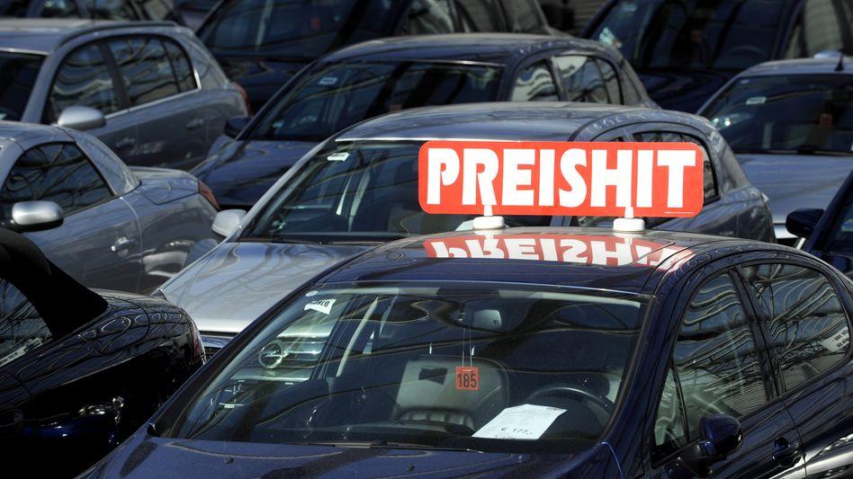 Preishit: Mit diesem Schild weist ein Hamburger Autohändler auf sein Angebot hin