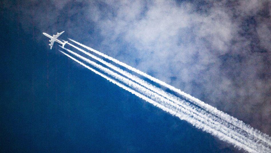 Kondensstreifen eines Flugzeuges: Die Klimawirkung der Abgase sind bisher nicht abschließend geklärt