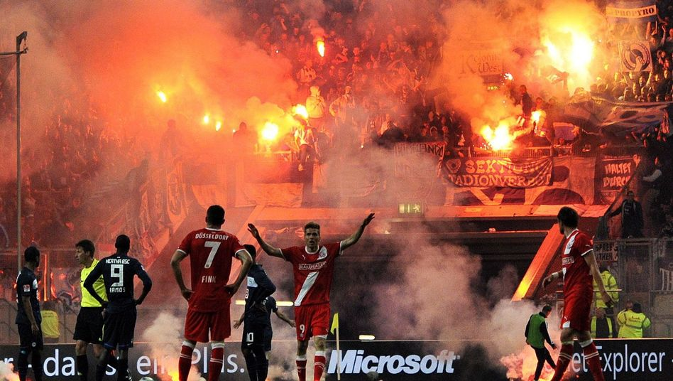 Relegationsspiel Düsseldorf gegen Hertha: Feurige Proteste Berliner Fans