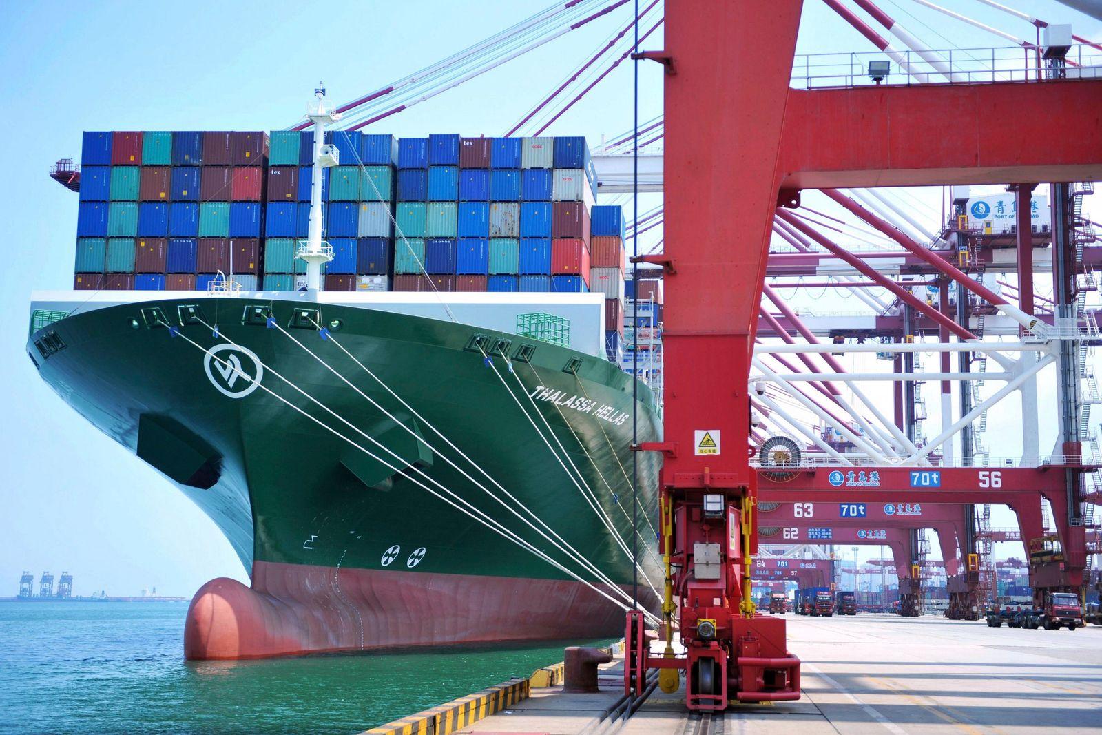 Containerschiff in Qingdao