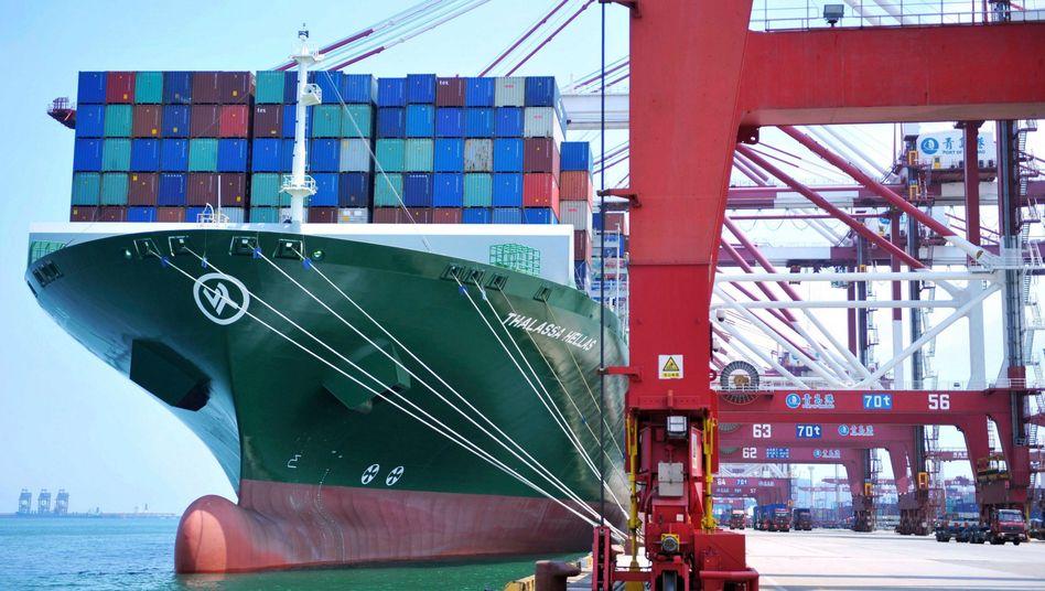 """Containerschiff im Hafen von Qingdao (Archivbild): """"Keinen Grund, alles aus China zu kaufen"""""""