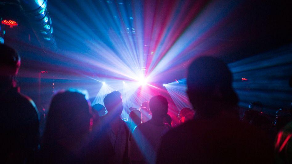 Tanzende Menschen in einem Klub: Bald wieder möglich?