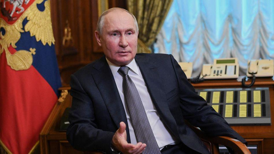 Putin spricht vor russischen Journalisten in Sankt Petersburg über seinen Artikel.