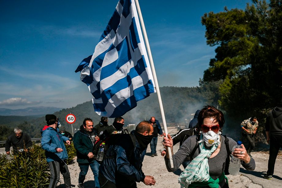 Protest in den Hügeln von Lesbos: Demonstrierende fliehen vor dem Tränengas