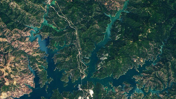 Zwischen dem Sommer 2019 (links) und 2021 (rechts) ist der Wasserstand im Shasta Lake um 32 Meter gesunken.
