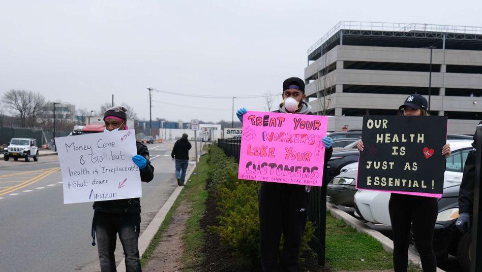 Protest von Amazon-Arbeitern in New York: Manche Angestellte fühlen sich von Konzern nicht ausreichend gegen eine Ansteckung mit Coronaviren geschützt