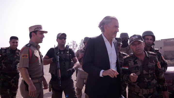 """Bernard-Henri Lévy , 67, ist einer der bekanntesten Intellektuellen Frankreichs. Seit dem Massaker von Srebrenica im Jahr 1995 ist er ein Befürworter von Militärinterventionen zum Schutz von Zivilisten, setzte sich auch für den Sturz von Muammar al-Gaddafi in Libyen ein. Im Mai wurde in Cannes sein Dokumentarfilm """"Peschmerga"""" über den kurdischen Kampf gegen den IS gezeigt."""