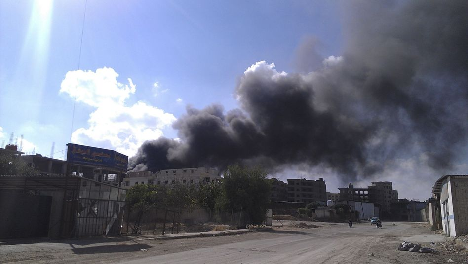 Rauchschwaden im blauen Himmel: Das Bild soll nach Angaben von Rebellen Raketenangriffe der Assad-Truppen in Irbin nahe Damaskus zeigen