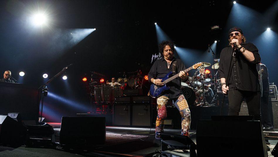 Steve Lukather (l.) and Joseph Williams (r.) von Toto