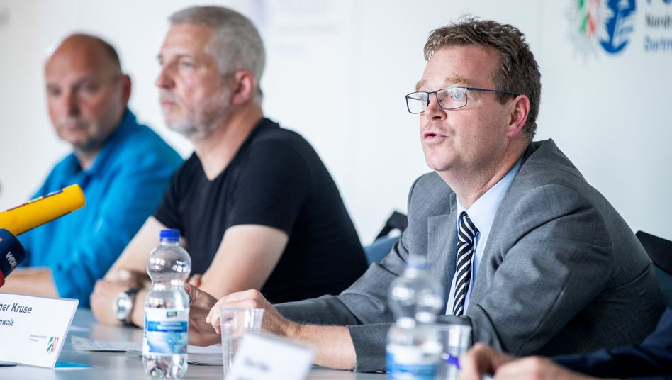 Staatsanwalt Henner Kruse mit den Polizisten Uwe Block und Norbert Krüger (von rechts)