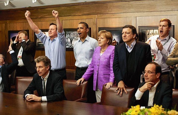 Politiker Obama bei G-8-Gipfel in Camp David 2012 mit dem britischen Premierminister David Cameron, Bundeskanzlerin Angela Merkel, EU-Kommissionspräsident José Manuel Barroso und dem französischen Staatspräsidenten François Hollande beim Schauen des Champions-League-Finales
