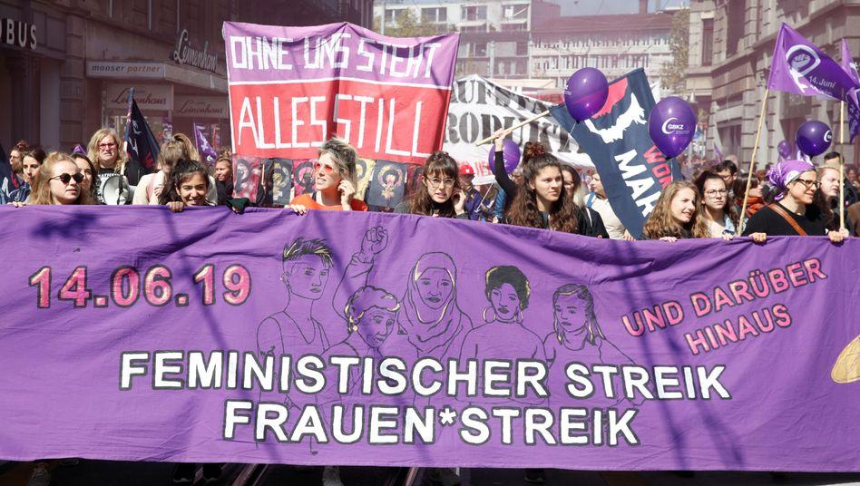 Frauen demonstrieren am 1. Mai in Zürich: Solidarische Männer willkommen