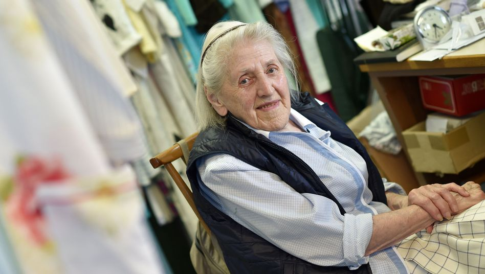 Therese Schmid in ihrem Laden