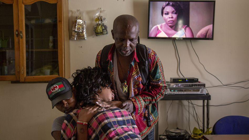 Flucht aus dem unerträglichen Alltag: Eine 32-jährige Nigerianerin aus Castel Volturno kollabiert, nachdem sie versucht hat, sich mit Unmengen Alkohol und Marihuana zu betäuben