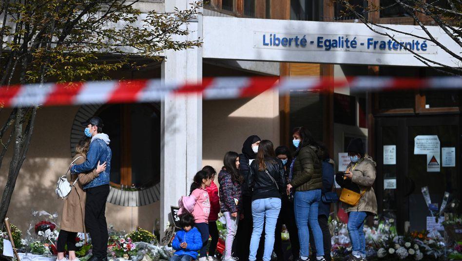 Trauer an der Schule von Samuel Paty: Menschen legen Blumen für den getöteten Lehrer ab