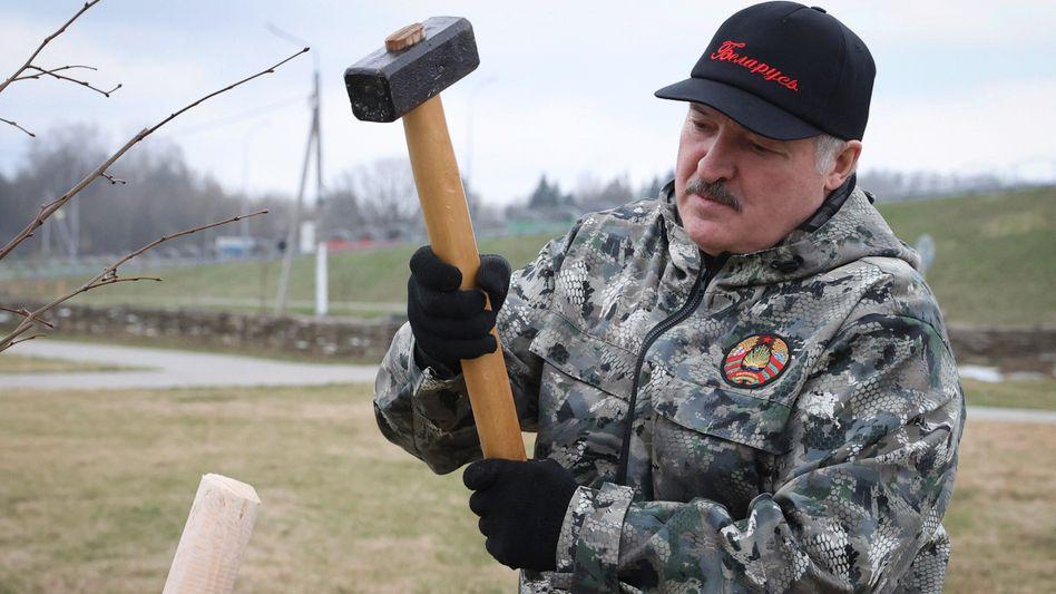 Holt den Vorschlaghammer raus: Diktator Lukaschenko