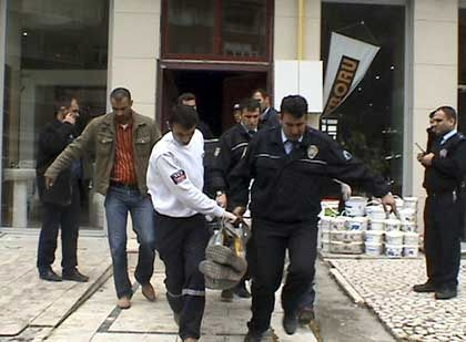 """Türkische Polizisten bergen ein Opfer des Mordüberfalls: Für """"Vaterland und Glauben"""" gehandelt"""