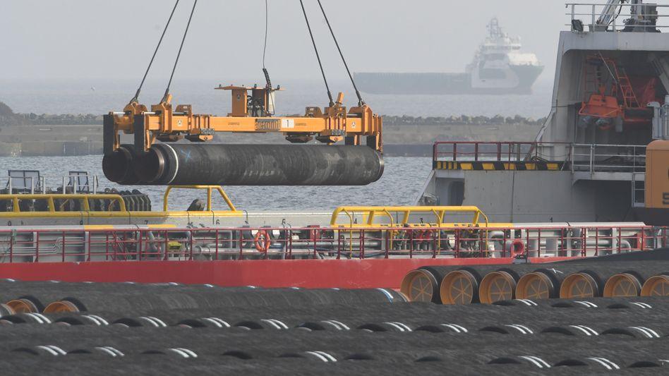 Rohre für die Ostsee-Gaspipeline Nord Stream 2 im Hafen Mukran