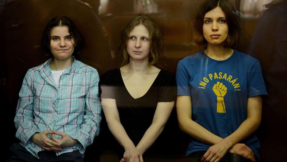 Mitglieder von Pussy Riot stehen 2012 vor Gericht