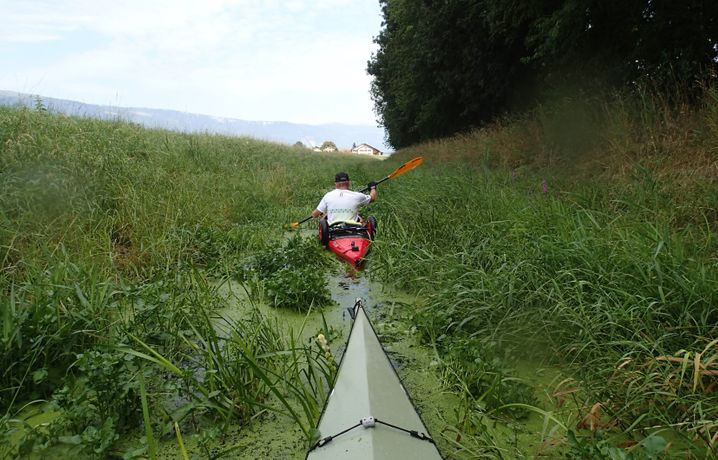 Klaus Hanke bahnt sich mit einem Kajakfreund einen Weg durch den Canal d'Entreroches
