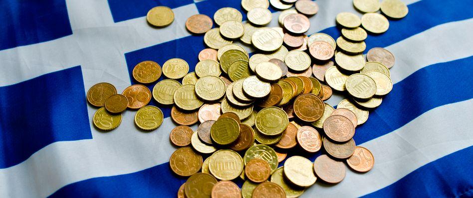 Euro-Münzen auf einer Griechenland-Flagge: Sorge um die Gemeinschaftswährung