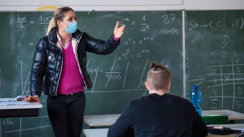 Lehrerin mit dicker Daunenjacke im Unterricht (Archivfoto)