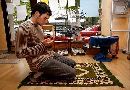 Deutscher Konvertit beim Gebet: Kulturelle Eigenheiten mit in die Moschee bringen