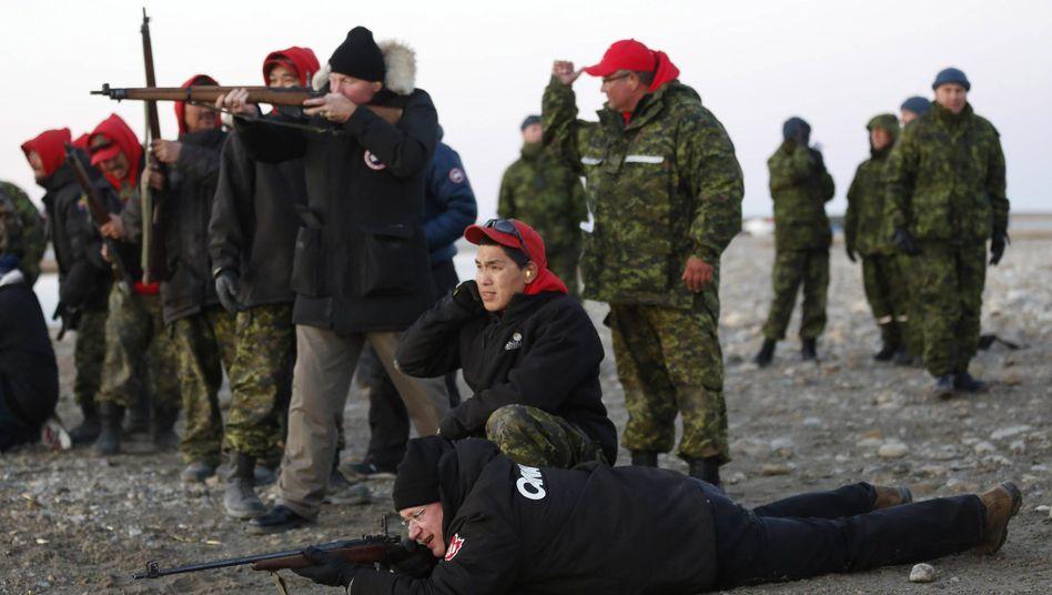 Kanadas Premier Harper (liegend) in der Arktis: Schießtraining mit Inuit