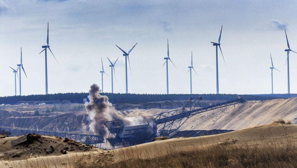 Sprengung einer Kohleförderbrücke im Tagebau Cottbus-Nord (Archivfoto)