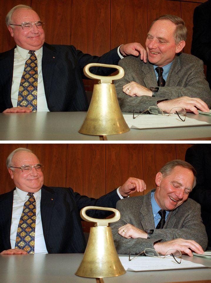"""Helmut Kohl neben Wolfgang Schäuble, am 3. Februar 1998 vor Beginn der Fraktionssitzung im Bonner Bundeshaus. Mit den Worten: """"Solche Bilder hängen einem jahrelang nach"""" zieht Schäuble seinen Kopf weg."""