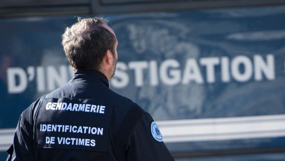 Französischer Gendarm: Dutzende Rechtsmediziner versuchen, die Leichenteile der 150 Opfer zu identifizieren