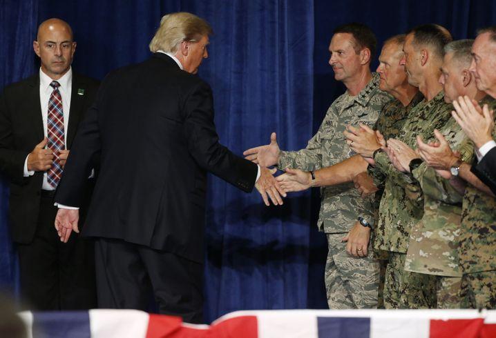 """""""Bester Freund"""" des Militärs: Trump und US-Soldaten 2017"""