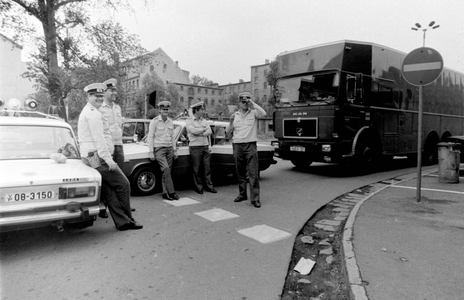 Geschichte 1990 im Juni. das erste Westgeld kommt nach Halle und wird hier in der Staatsbank der DDR am Weisenhausring e