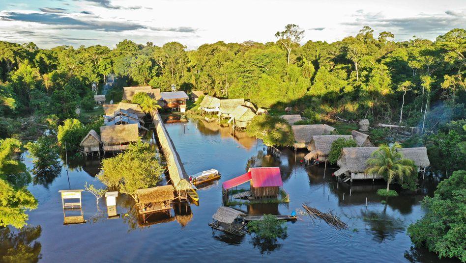 Die Tucunaré-Klinik am Río Chambira: den Fluss mit Stahlseilen blockiert