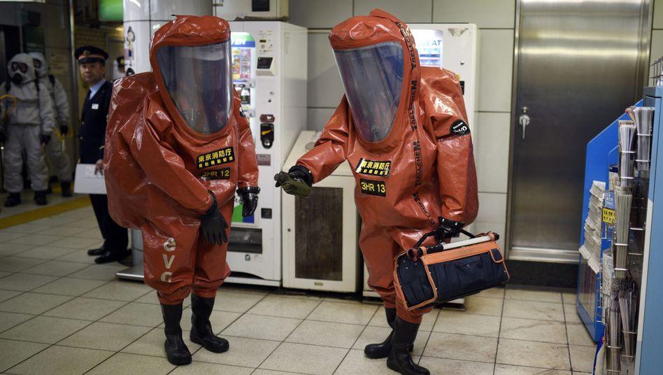 Japanische Feuerwehrleute simulieren bei einer Übung den Einsatz von Nervengift in der U-Bahn von Tokio