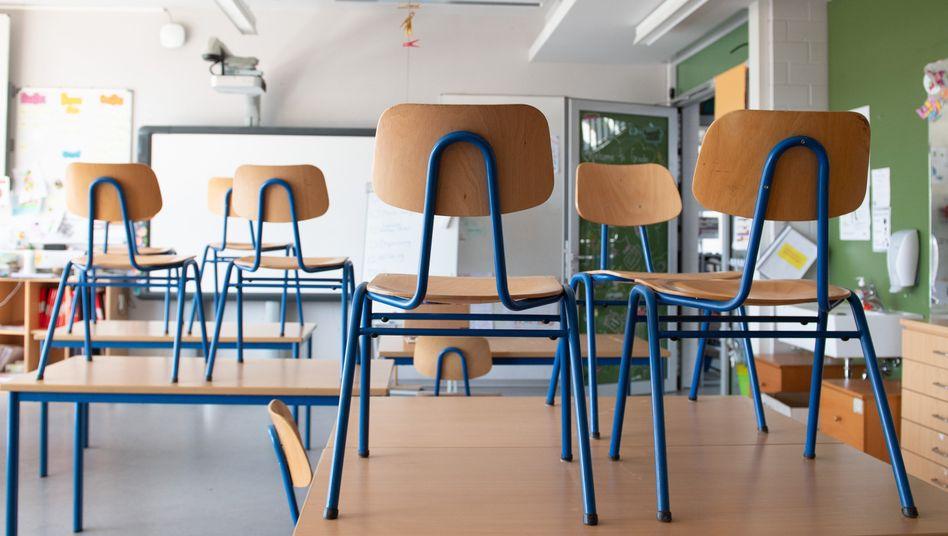 Leerer Klassenraum: Die Kultusminister sind für eine schrittweise Öffnung der Schulen ab Montag