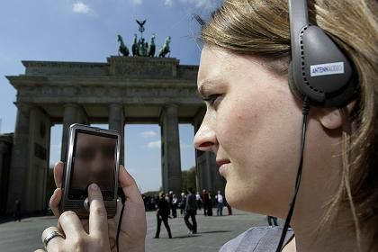 The new Mauerguide, a mini-computer equipped with GPS navigation, traces the path of the Berlin Wall and tells its history through audio and video footages that includes eyewitness testimony.