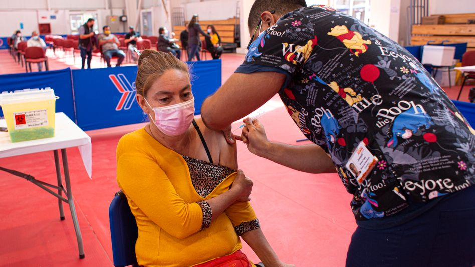 Corona-Schutzimpfung in einem Impfzentrum in Copiapo, Chile: Dort wird auch der Impfstoff CoronaVac verabreicht