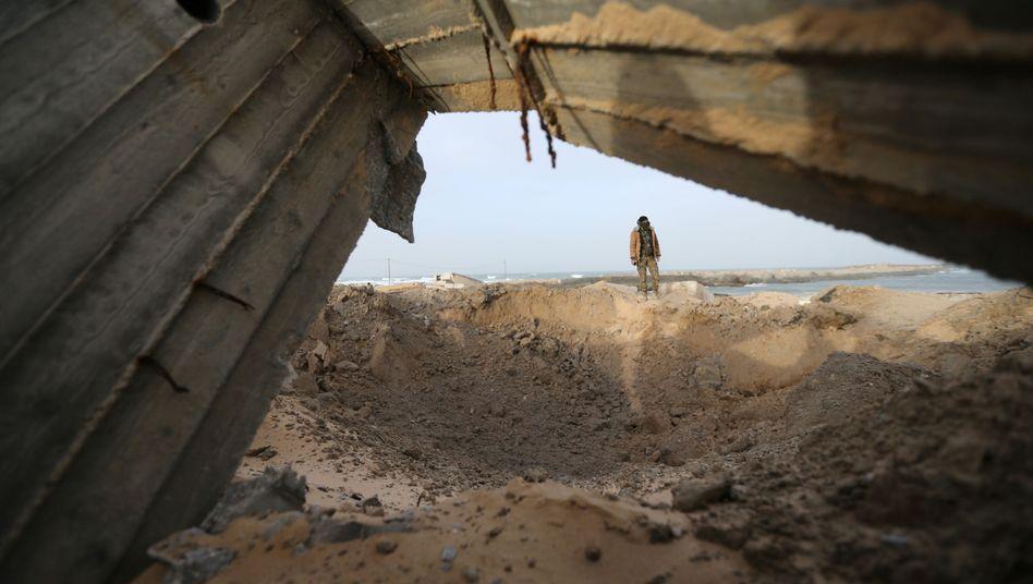 Militanter Palästinenser vor Einschlagkrater