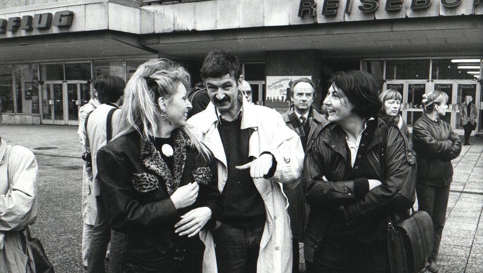 Christoph Hein mit Ehefrau Christiane (r.) und Sängerin Tamara Danz am 4. November 1989 auf dem Berliner Alexanderplatz