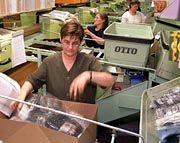 Packen bald auch Lebensmittel-Pakete: Mitarbeiter des Otto-Versands