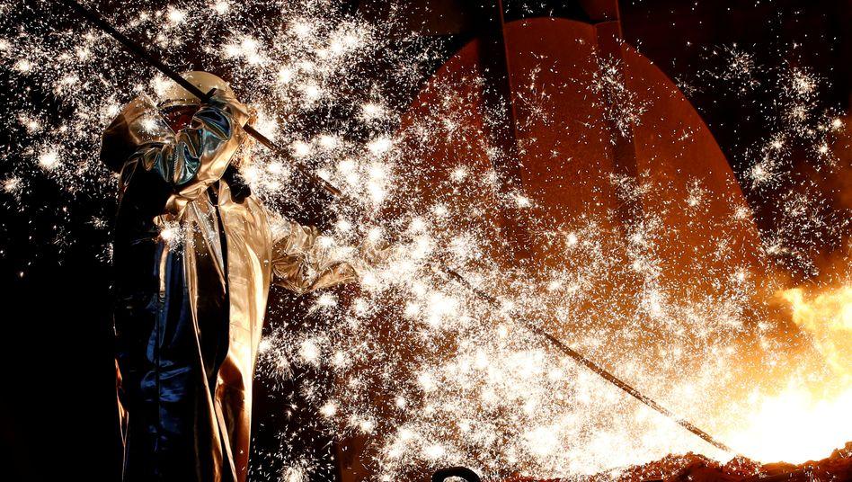 Ein Stahlarbeiter steht in einem Hochofen von Deutschlands größtem Stahlwerk in Duisburg