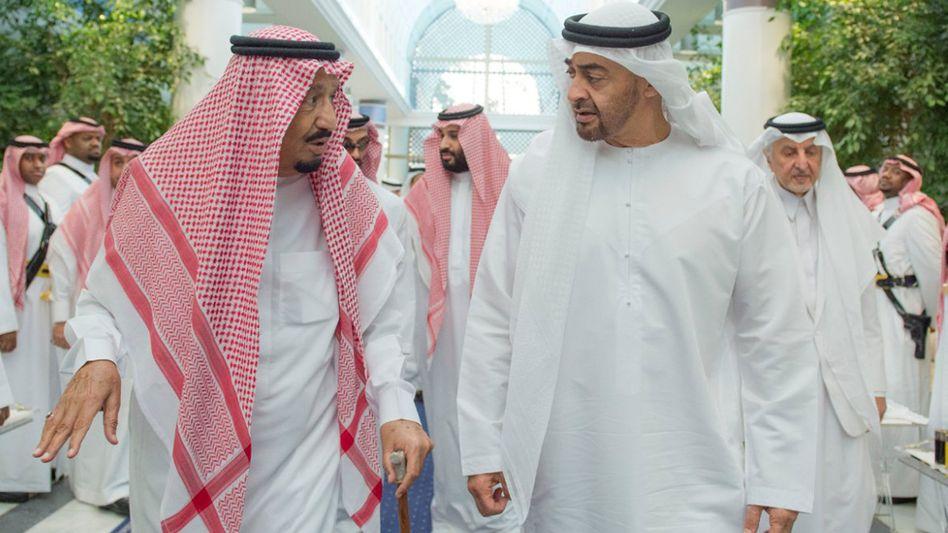 Saudischer König Salman ibn Abd al-Aziz im Gespräch mit Abu Dhabis Kronprinz