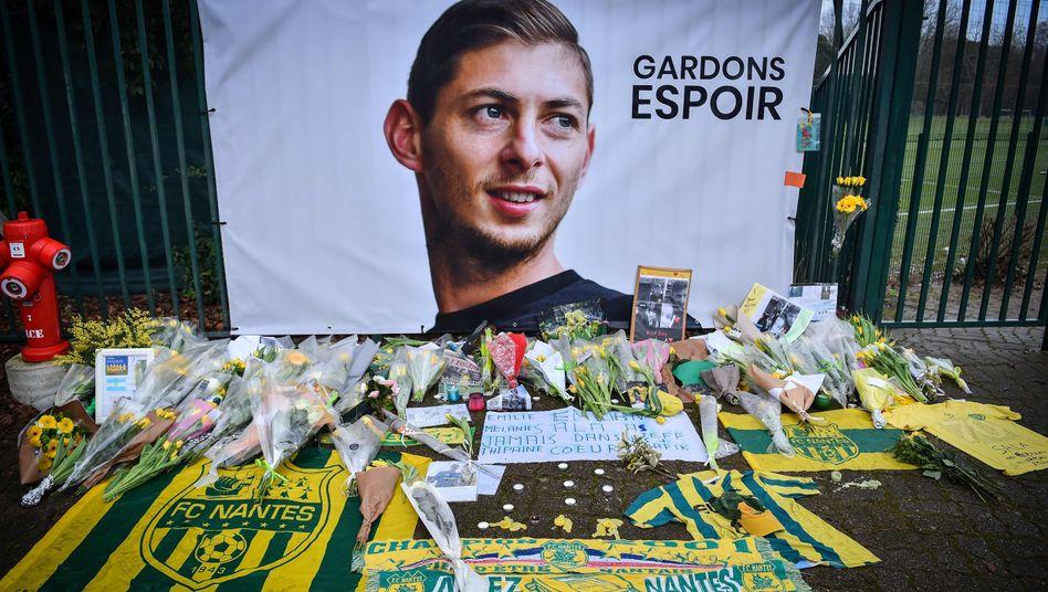 Fans haben Blumen und Briefe in Erinnerung an den verstorbenen Sala niedergelegt