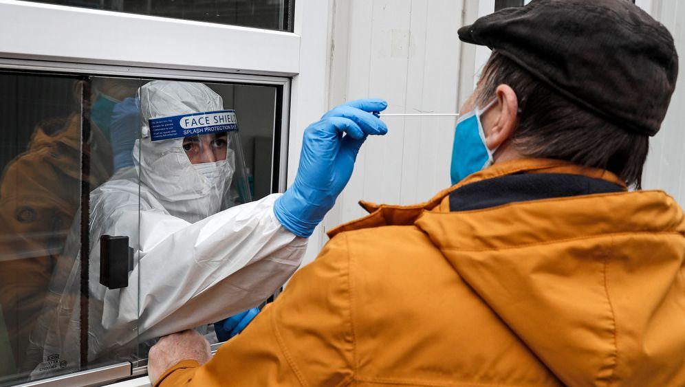 Abstrich aus dem Fenster: Erster Ansprechpartner für einen Corona-Test ist der Hausarzt