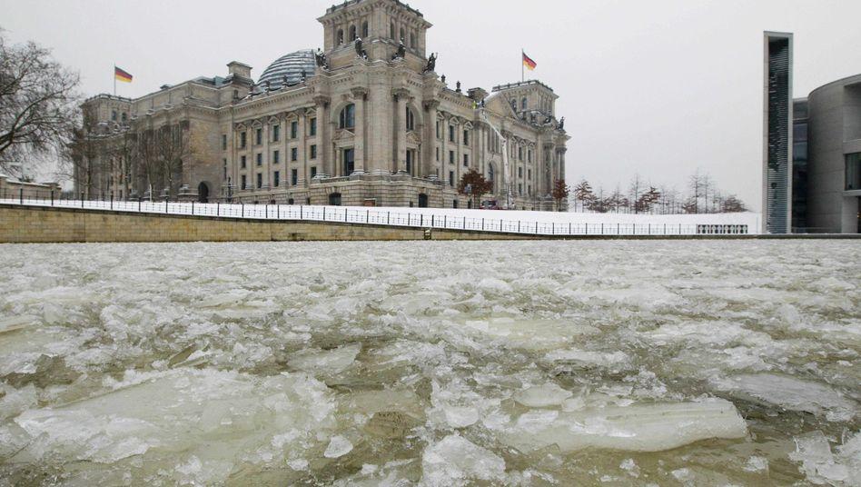 Reichstagsgebäude in Berlin: Der Parteiendemokratie laufen die Mitglieder weg