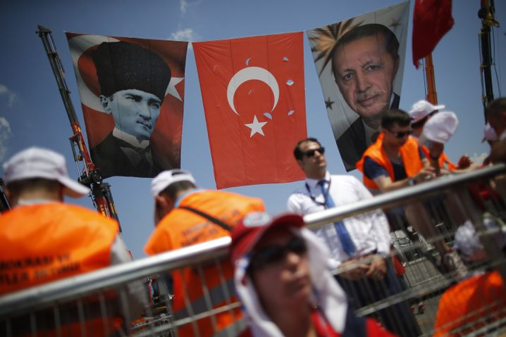 Fotos von Atatürk und Erdogan bei der Großkundgebung