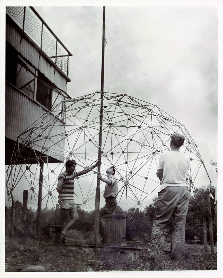 Studenten am Black Mountain College bauen eine geodätische Kuppel