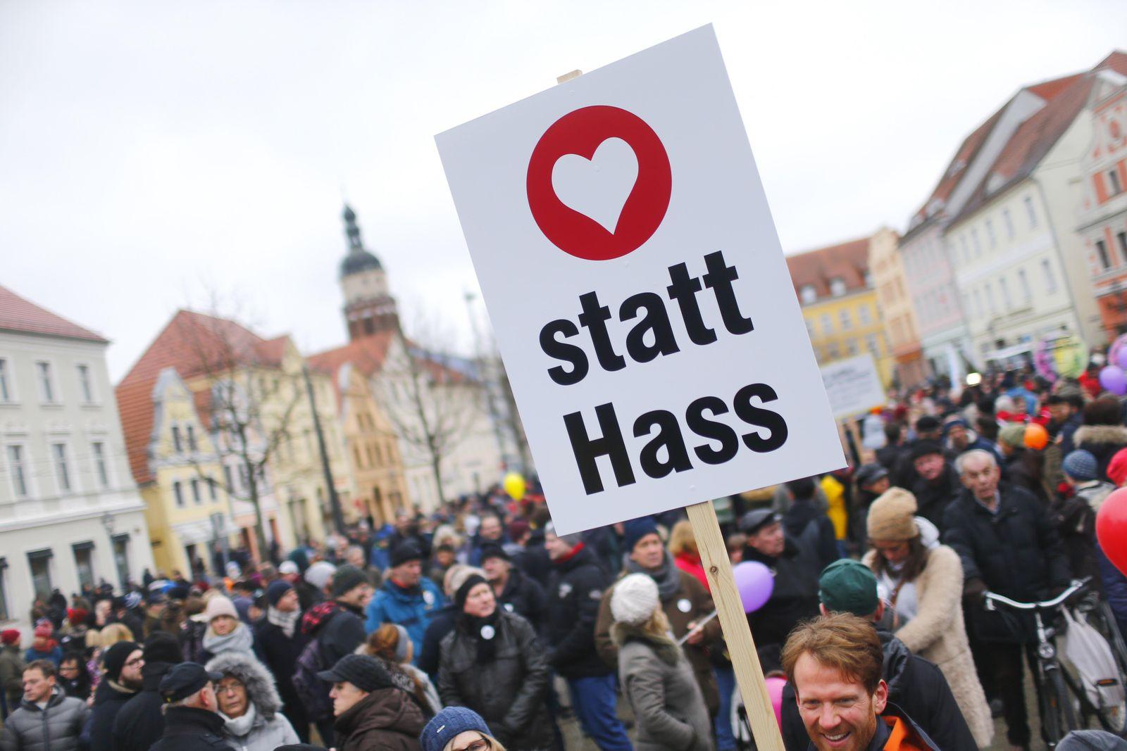 EINMALIGE VERWENDUNG Demonstration/ Frieden/ Gegen Diskriminierung/ Cottbus