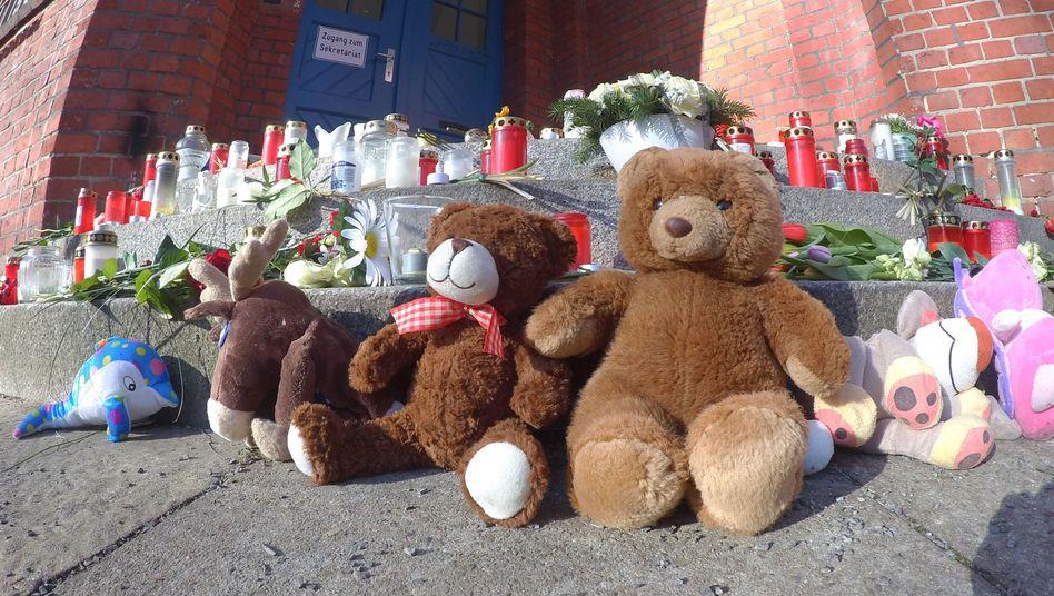 Anfang Februar erinnern Stofftiere, Blumen und Kerzen an eine Grundschülerin in Berlin-Reinickendorf